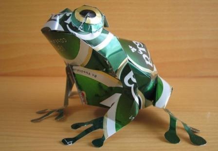 лягушка из алюминиевых банок