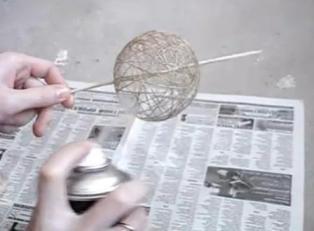 Красим шар из ниток
