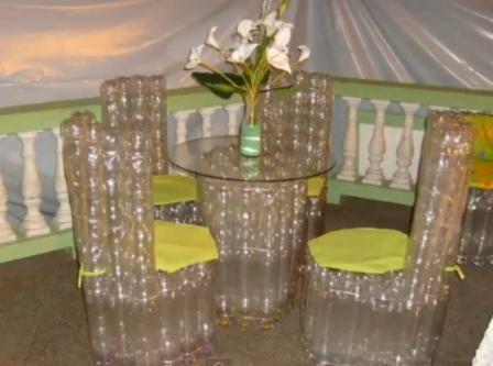 Стулья и столик и пластиковых бутылок