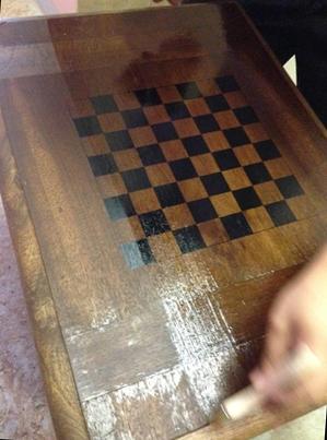 Вскрываем лаком шахматную доску