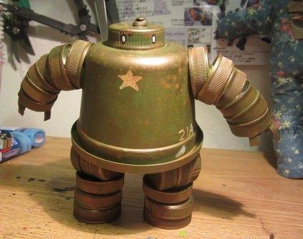 Робот из крышек от бутылок